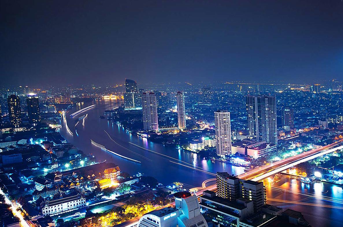 Вечерний Бангкок с видом на реку Чао Прайа
