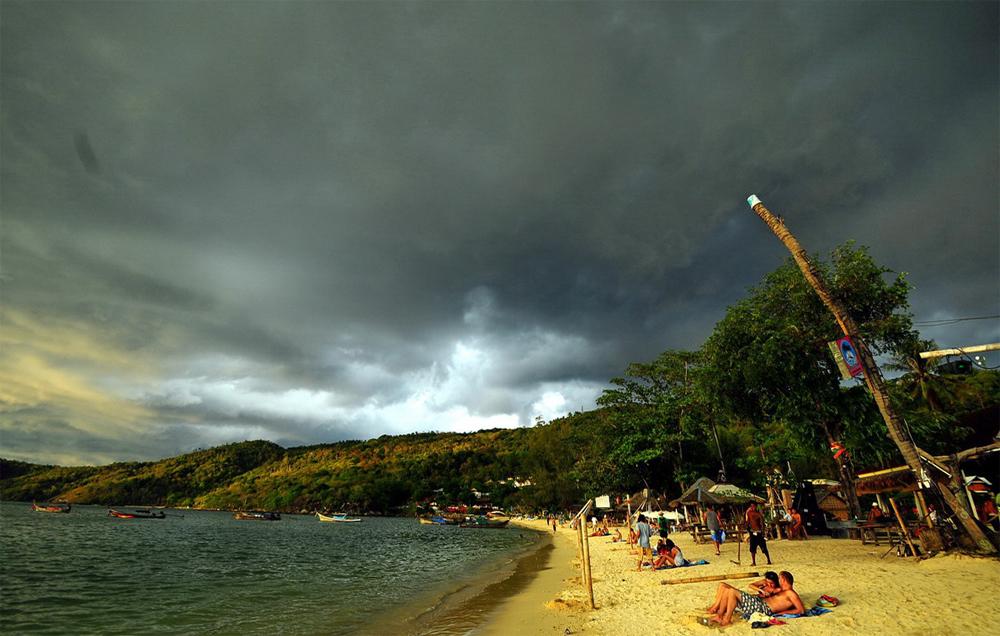Над пляжем собирается дождь
