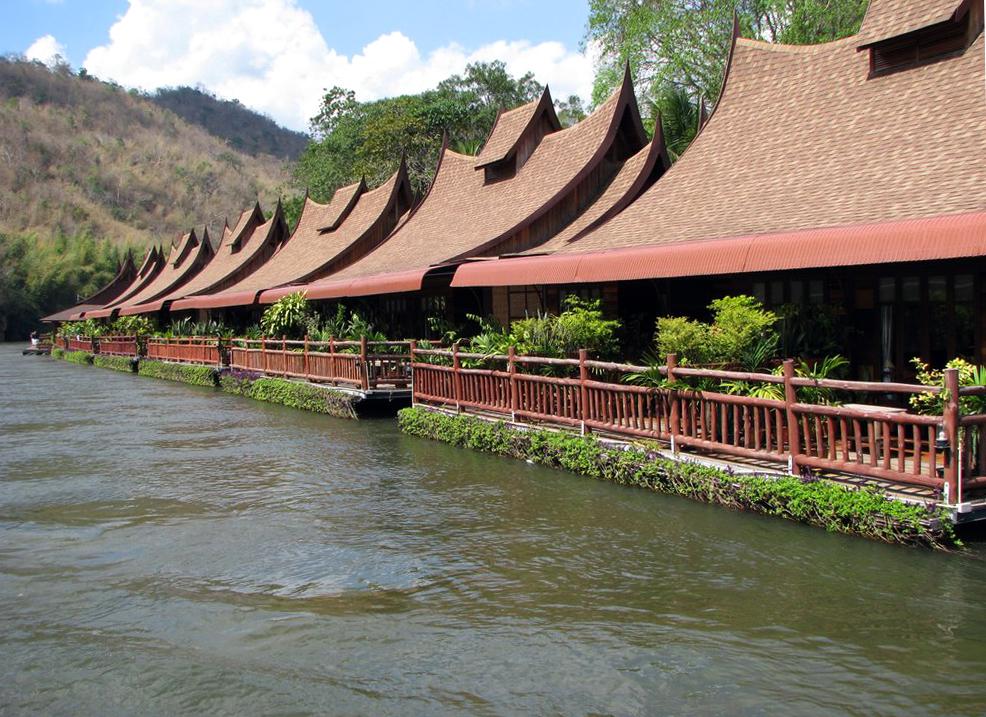 Плавучая деревня на реке Квай